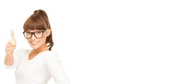 Eine Frau zeigt Daumen hoch für das Multi-Channel CMS von contentXXL