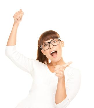 Eine Frau jubelt für die starke .NET Technologie des contentXXL CMS